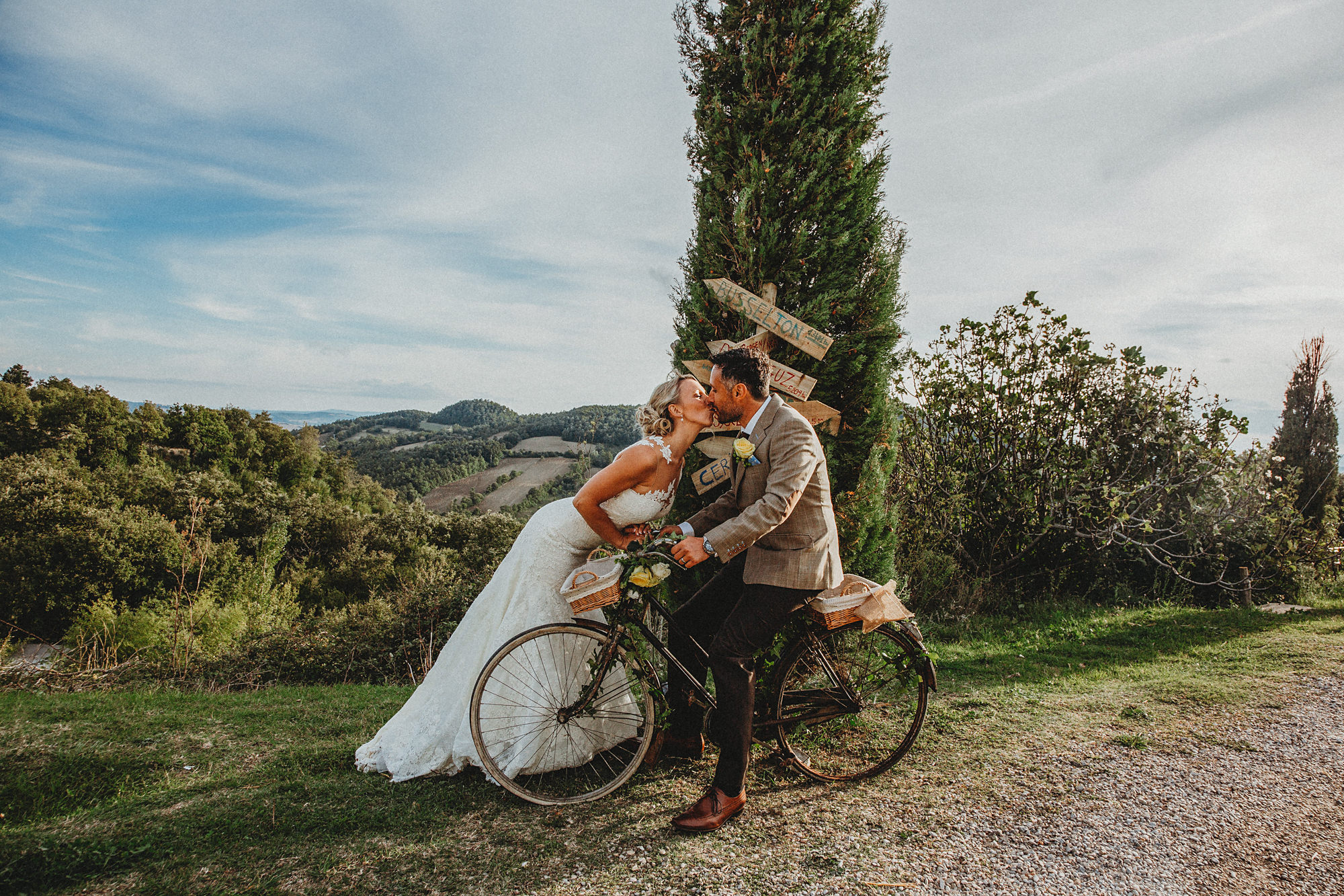 Vintage bicycle with bride and groom kiss